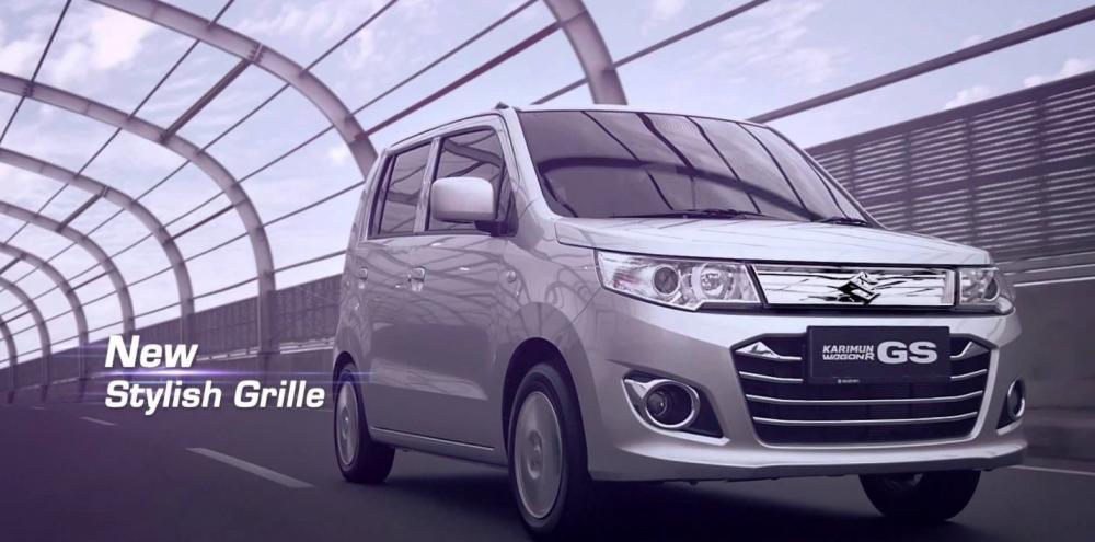 Gambar mobil Suzuki Karimun 2018 berwarna silver sedang berlaju di sisi depan dengan back ground bergaya kuno